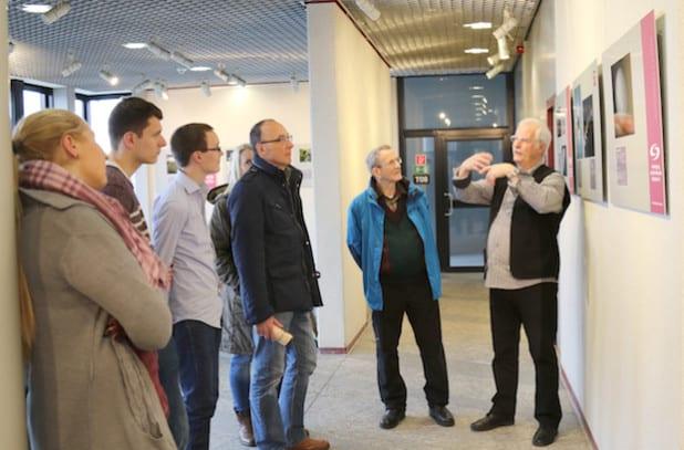 Valentin Dinus von den Sternenfreunden Menden erklärt die Aufnahmetechnik der Sternenbilder im Lüdenscheider Kreishaus (Foto: Erkens/Märkischer Kreis).
