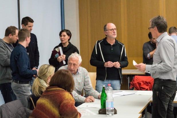 Die Berufsfelderkundungstage benötigen eine intensive Vorbereitung. StuBos im angeregten Gespräch (Foto: Kreis Olpe).
