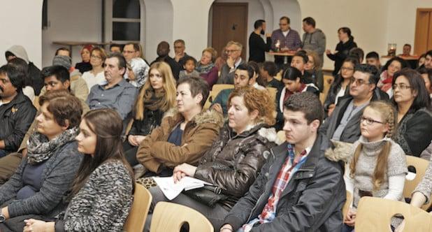 Dicht besetzt sind die Plätze bei jeder Einbürgerungsfeier in der Aula des Berufskollegs für Technik des Kreises in Lüdenscheid (Foto: Hendrik Klein/Märkischer Kreis).