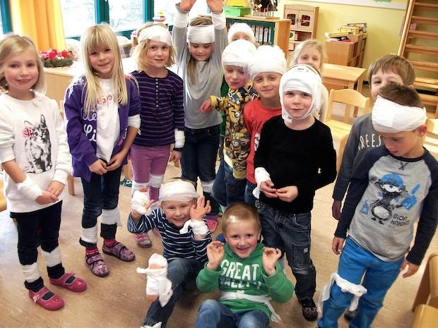 Photo of Städtischer Kindergarten Grevenstein: Kinder lernen spielend Erste Hilfe