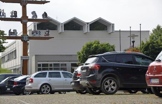 In Rüthen – hier der Parkplatz vor dem Rathaus – werden 1007 Fahrzeuge auf 1.000 Einwohner gezählt (Foto: Wilhelm Müschenborn/Kreis Soest).