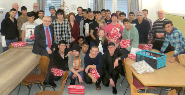 Die Diakonie in Südwestfalen überreichte 25 jungen Flüchtlingen bunte Weihnachtsgeschenke (Foto: Diakonie in Südwestfalen gGmbH).