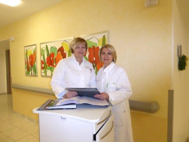 Jelena Schneider und Sabina Funke bei der Übergabe der Patientenakten (Foto: St. Franziskus-Hospital gGmbH).