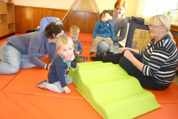 Zwölf Plätze für Kinder von 0 bis 3 Jahren bietet der Städtische Kindergarten in Wiemeringhausen künftig an. Rechts im Bild: Leiterin Anne Cramer (Foto: Stadt Olsberg).