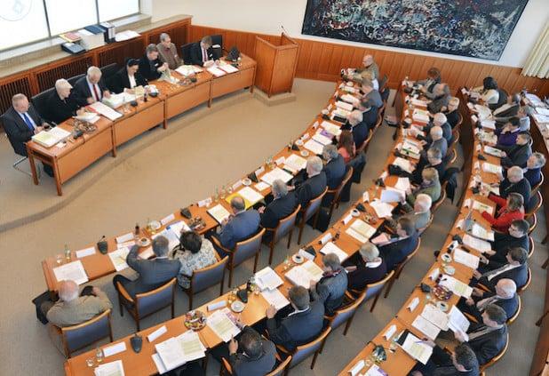Auch im vergangenen Jahr waren die Kreistagspolitiker wieder fleißig. 260 Termine standen auf dem Programm. Das Foto zeigt einen Blick in das Plenum anlässlich der Kreistagssitzung am 17. Dezember 2015 (Foto: Thomas Weinstock/Kreis Soest).