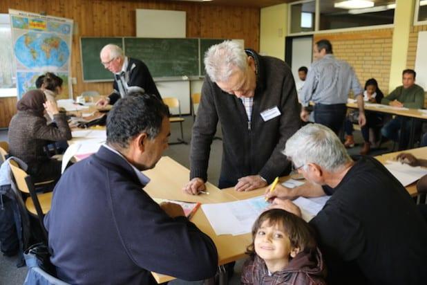 Rainhard Schumann (vorne) und Reiner Fuchs (hinten im Bild) sind zwei von insgesamt 13 ehrenamtlichen Sprachhelfern, die den Flüchtlingen Grundkenntnisse in Sprache und Schrift vermitteln (Foto: Gemeinde Neunkirchen).