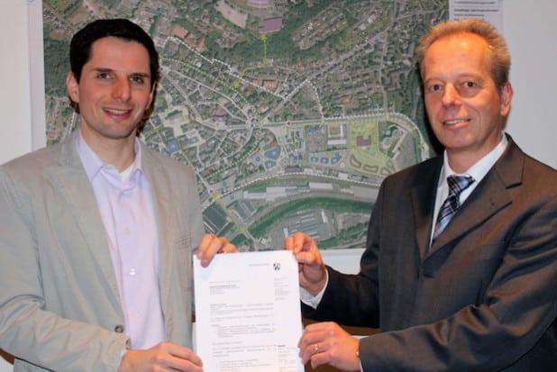 Bürgermeister Christian Pospischil (links) und Beigeordneter und Baudezernent Carsten Graumann freuen sich über die Genehmigung des vorzeitigen Maßnahmenbeginns des Innenstadtentwicklungskonzeptes (Foto: Hansestadt Attendorn).