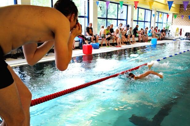 Vereins- und Hobbyteams aus der Gemeinde Bestwig  - mit kleinen und großen Sportlern - messen sich bei der Gemeindemeisterschaft im Schwimmen. Sie findet wieder am 12. März im Schwimmbad am Velmeder Ostenberg statt (Foto: TuS Velmede-Bestwig).