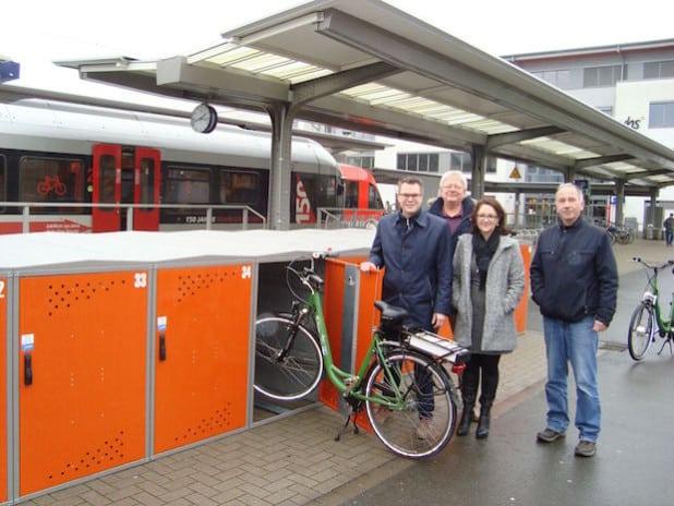 Stellten bei einem Pressetermin die neuen Fahrradboxen am Stadtbahnhof vor (v.l.): Ressortleiter Mike Janke, Bernd Schlünder und Michael Kuprat von der Abteilung Verkehrsplanung sowie Tanja Götz von der Stadtinformation (Foto: Stadt Iserlohn).