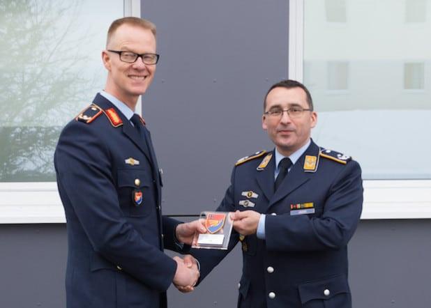 Brigadegeneral Stefan Lüth überreicht Oberstleutnant Michael Jäger das Wappen des Luftwaffentruppenkommandos (Quelle: Bundeswehr, Andreas Nega).