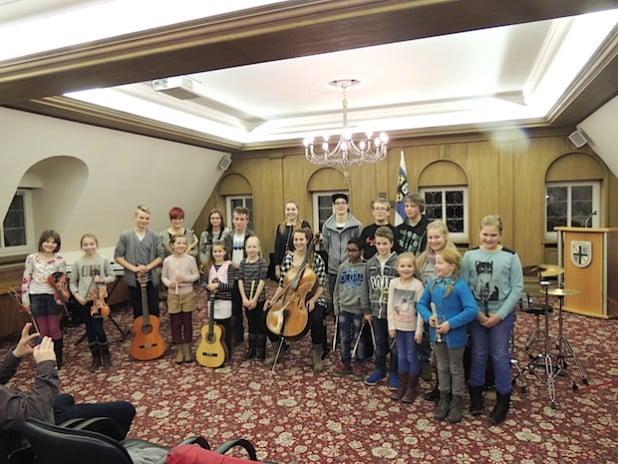 Das Foto zeigt alle Mitwirkenden bei dem Konzert (Quelle: Stadtverwaltung Drolshagen).