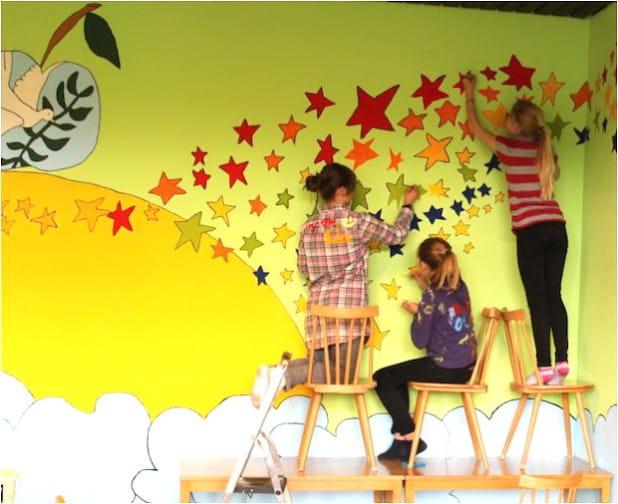 Künstlerisch begleitete Wandgestaltung in der Gesamtschule Finnentrop (Foto: Carmen Mans).