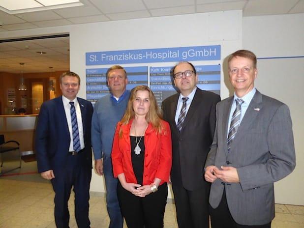 Von links: Thomas Grosche (Bürgermeister Medebach), Christian Jostes (Geschäftsführer St. Franziskus-Hospital), Dr. Vera Gerling (Netzwerkmanagerin Landaufschwung), Michael Kronauge (Bürgermeister ) und Werner Eickler (Bürgermeister Winterberg) - Foto: St. Franziskus-Hospital gGmbH