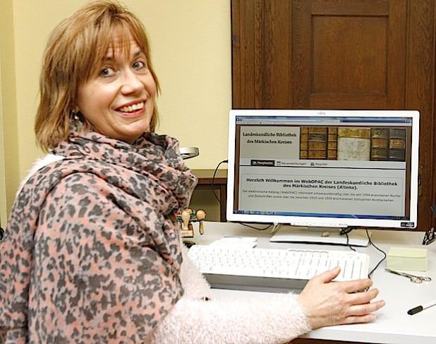 Diplom-Bibliothekarin Karin Müller präsentiert das neue OPAC-Internet-Portal (Foto: Hendrik Klein/Märkischer Kreis).