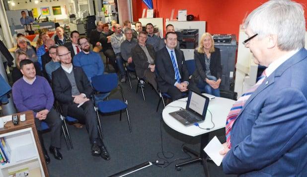 Vizelandrat Dr. Günter Fiedler begrüßte die Teilnehmer des Ökoprofit-Projekts zur Zwischenbilanz in den Räumlichkeiten der büroorganisation strothkamp GmbH in Soest (Foto: Wilhelm Müschenborn/Kreis Soest).