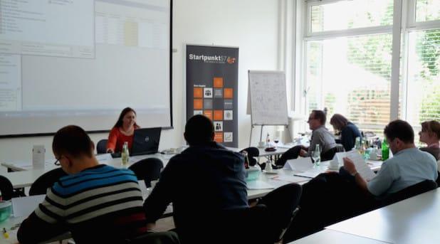 Die Referentin Sabine Krieger in einem zurückliegenden Seminar bei Startpunkt57 in Aktion - Foto: Startpunkt57 e. V.