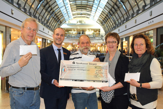 Das Bild zeigt v.l. bei den Übergaben der Spenden: Wolfgang Hobinka (Kindernothilfe), Center Manager Patrick Homm, Reimund Ditsche (Stitching  for School an Life), Susanne Jukic ( Soroptimist International Club Siegen) und Angela Gruß (UNICEF) - Foto: City-Galerie Siegen (ECE Projektmanagement).