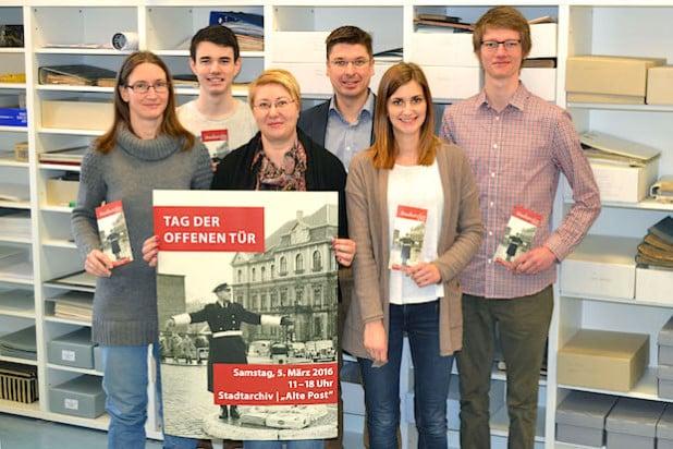 """Das Team des Stadtarchivs Iserlohn lädt zum """"Tag der offenen Tür"""" am 5. März ein (v.l.n.r).: Tanja Marschall-Wach, Jendric Seim, Kathrin Schnegelberger, Rico Quaschny, Kathrin Kempny, Lars Sonnenberg (Foto: Stadt Iserlohn)."""