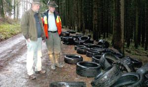 Neunkirchen: Unbekannte entsorgten Altreifen im Wald