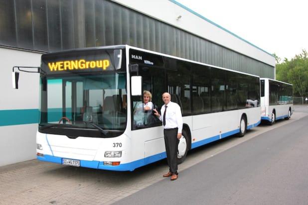 VWS-Busfahrerin Petra Hof-Jakobs und Betriebsleiter Gerhard Bettermann mit dem Bus-Zug (Foto: VWS GmbH, Quelle: Jansen Communications).