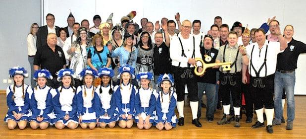 Rund 60 kleine und große Karnevalisten waren ins Bestwiger Bürger- und Rathaus gekommen, um Bürgermeister Ralf Péus den symbolischen Rathausschlüssel zurückzugeben (Foto: Gemeinde Bestwig).