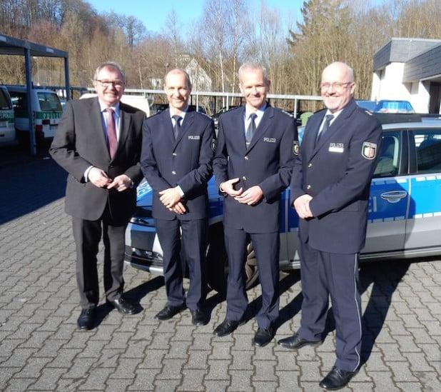 Von links: Landrat Frank Beckehoff, EPHK Christoph Bankstahl (Wachleiter Lennestadt), EPHK Matthias Giese (Wachleiter Olpe) und Polizeidirektor Diethard Jungermann (Foto: Kreispolizeibehörde Olpe).