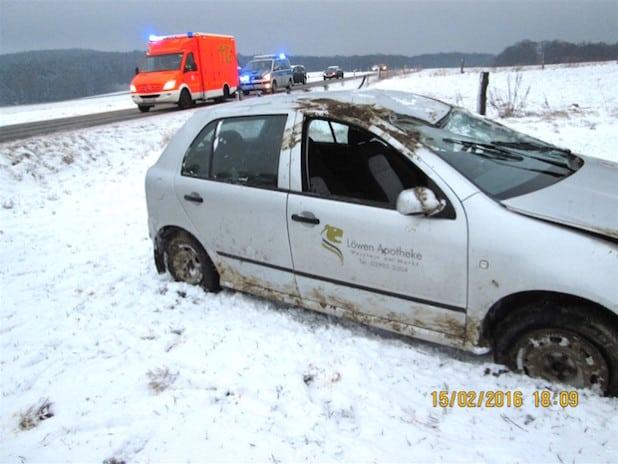 Der PKW überschlug sich im Straßengraben. Zeugen befreiten die Fahrerin aus dem Innenraum (Foto: Kreispolizeibehörde Soest).