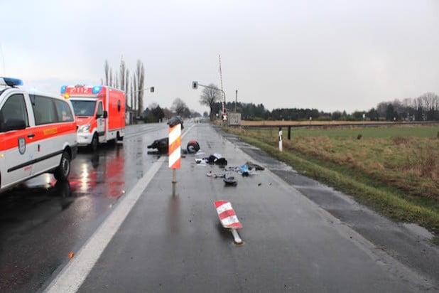 Der Rollerfahrer prallte gegen die Warnbake und stürzte schwer (Foto: Kreispolizeibehörde Soest).