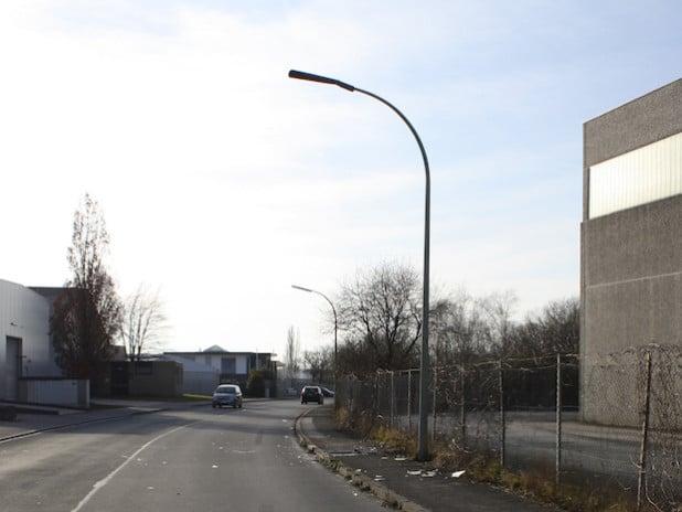Die Straßenlaterne wurde massiv beschädigt (Foto: Kreispolizeibehörde Soest).