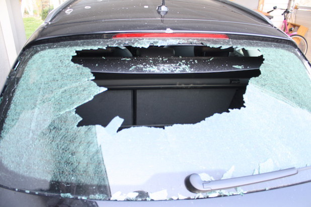 Unter anderem schlugen die Täter die Heckscheibe an dem Fahrzeug ein (Foto: Kreispolizeibehörde Soest).