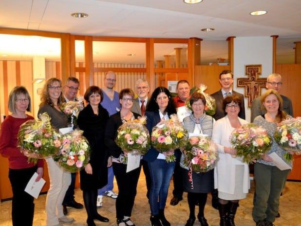 Verwaltungsratsvorsitzende Dr. Bettina Wolf (4. v. li.) mit den Jubilaren. Quelle: Katholische Hospitalgesellschaft Südwestfalen gGmbH