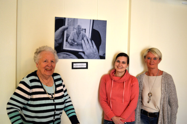 Lydia Baumann, Franziska Freiburg und Susanne Losch (v.l.n.r.) freuen sich auf den Ausstellungsstart (Foto: Katholische Hospitalgesellschaft Südwestfalen gGmbH).