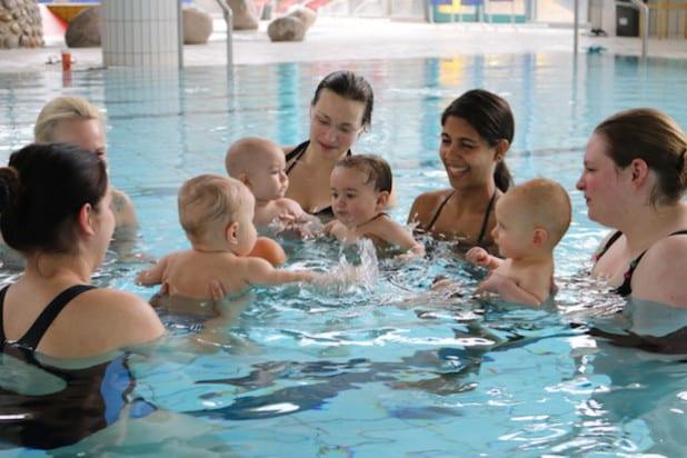 Die Bezeichnung Babyschwimmen ist nicht wörtlich zu nehmen, steht statt Höchstleistungen doch das Wecken des Interesses fürs Spielen und Bewegen im Wasser auf dem Plan (Foto: Gemeinde Neunkirchen).