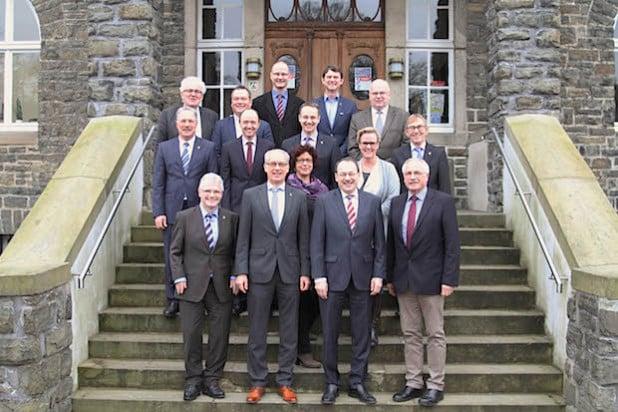 Landrat Thomas Gemke (vorne 2. v.re.) begrüßte den neu gewählten Bürgermeister Michael Heilmann, Hemer (vorne 2. v.li.) in der Bürgermeisterkonferenz (Foto: Martin Suchalla/Märkischer Kreis).