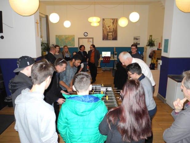 Auch eine Runde Kickern stand beim Besuch des frisch renovierten Jugendtreffs im Konfirmandenhaus auf dem Programm (Foto: Gemeinde Burbach).