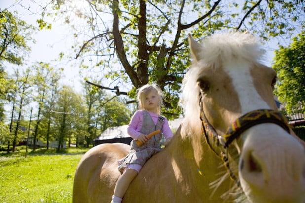 Mädchen auf einem Pferd (Foto: Tanja Ewers, Sauerland-Tourismus e.V.)