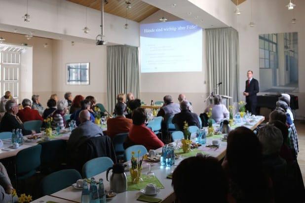 Die moderne Fußchirurgie stand im Zentrum des Vortrags von Dr. Hanno Huflage. Für die Patienten sind Operationsmethoden wichtig, die die normale Anatomie, Belastbarkeit und Gehfähigkeit wiederherstellen (Foto: Gemeinde Neunkirchen).
