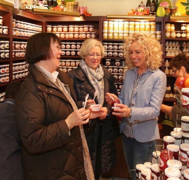 Janet Berge-Birghan reicht Kunden Paprika-Gelee - Quelle: Wolfram Berge