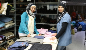 Zwei Syrerinnen helfen in der Neunkirchener Kleiderkammer
