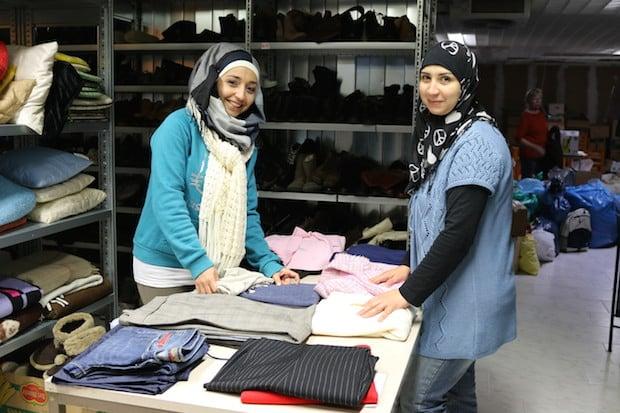 Photo of Zwei Syrerinnen helfen in der Neunkirchener Kleiderkammer