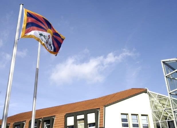 Der Kreis Soest zeigt sich mit dem tibetischen Volk solidarisch und hisste am Donnerstag, 10. März 2016, vor dem Kreishaus die tibetische Flagge (Archiv-Foto: Thomas Weinstock/Kreis Soest).