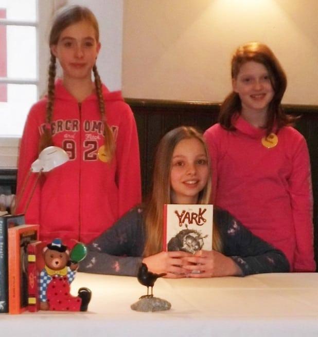 Die drei Erstplatzierten: Marlene Mohaupt (Mitte), Natalie Schulte (rechts) und Amelie Weiß (Foto: Kreis Olpe).