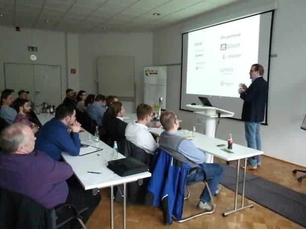 Beim letzten KM:SI Media Forum informierte Patrick Schulte von der billiton GmbH seine aufmerksamen Zuhörer über Onlineshops und Potenziale von unterstützenden Social Media Strategien. Quelle: KM:SI GmbH