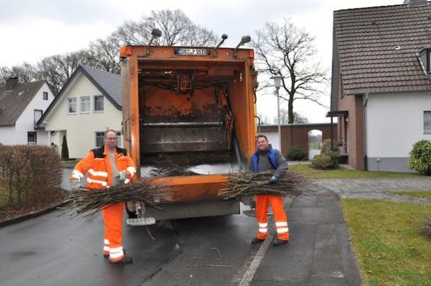 Die Mitarbeiter des Baubetriebshofes holen den Grünschnitt in den verschiedenen Bezirken ab (Foto: Stadt Lippstadt).