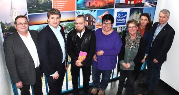 Die Gelegenheit sich bei Frank Hake (3.v.l.)  für die geleistete Arbeit zu bedanken, nutzten neben Bürgermeister Remco van der Velden (2.v.l.) auch: Hans Tillmann, Rita Lemke, Birgit Dobbels, Swetlana Ritter und Matthias Knoke (v.l.) - Foto: Stadt Geseke.