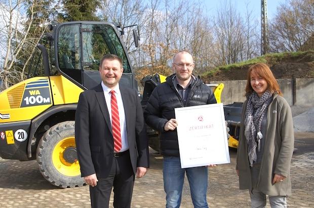 Photo of Arbeitsagentur verleiht Ausbildungszertifikat an Schmidt Tief- und Straßenbau in Wenden