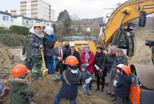 Die Mädchen und Jungen packten kräftig mit an beim Baubeginn für ihre neue KiTa (Foto: Stadt Iserlohn).