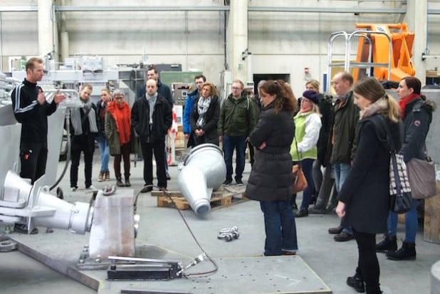 Industriemeister Gunnar Schönemann erklärt den Mitarbeiterinnen und Mitarbeitern der Agentur für Arbeit Siegen die Produkte von Dango & Dienenthal - Foto: Agentur für Arbeit Siegen