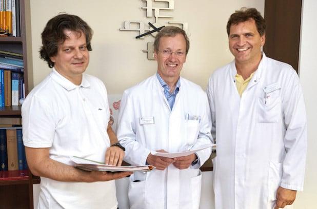 Von links nach rechts: Dr. Schulmann, Chefarzt Hämatologie und internistische Onkologie, Dr. Schnell, Chefarzt Gastroenterologie, und Dr. Sauer, Chefarzt Allgemein-, Viszeral- und Minimalinvasive Chirurgie (Foto: Klinikum Arnsberg).