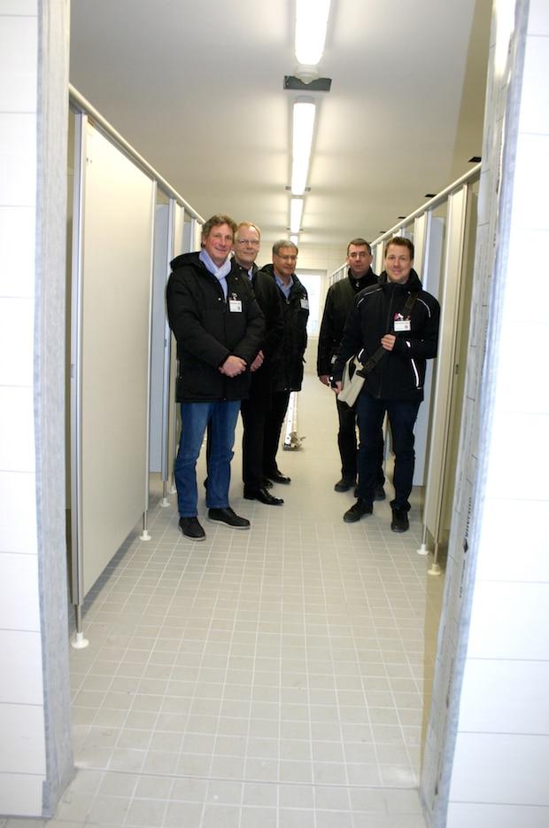 Ortstermin im neuen Sanitärgebäude an der Franz-Stahlmecke-Schule: Bürgermeister Christoph Weber (2.v.li.), Heinz Hiegemann (li.), Peter Temmhoff (Mi.), Hubertus Schemme (2.v.re.) und Lars Ester (re.) vom Fachbereich Infrastruktur - Foto: Stadt Meschede.
